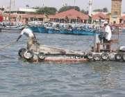 کراچی، تیل بردار جہاز کے ڈوبنے سے پھیلنے والے تیل کی صفائی کی جا رہی ..