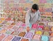 اسلام آباد، ایک دوکاندار عید کے لئے چوڑیاں فروخت کر رہا ہے۔