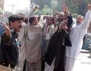 لاہور، پولیس اہلکار صدر مشرف کے خلاف احتجاج کرنے والوں کو گرفتار کرکے ..