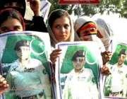 اسلام آباد، صدر مشرف کے حامیوں کی ریلی میں خواتین  انکے پوسٹر اٹھائے ..