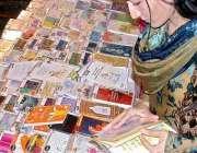 لاہور، ایک خاتون عید کے لئے عید کارڈز خرید رہی ہے۔