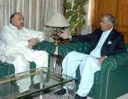 کوئٹہ، وزیر اعظم شوکت عزیز وزیر اعلی بلوچستان سے ملاقات کر رہے ہیں۔