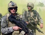 بغداد، عراقی شہری شہر میں گشت کررہے ہیں۔