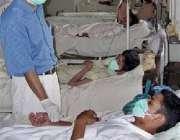 کراچی، ایک ڈاکٹر ڈینگو وائرس سے متاثرہ مریض کا معائنہ کر رہا ہے۔