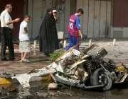 بغداد، ایک عراقی خاندان کے افراد بم دھماکے میںتباہ ہونے والی فوجی ..