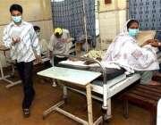 کراچی، ڈینگی بخار میں مبتلا مریضوں کا ہسپتال میں علاج کیا جا رہا ہے۔
