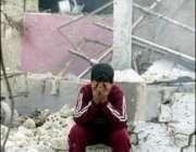 بغداد،ایک عراقی بچہ اپنے تباہ شدہ گھر کے باہر بیٹھا رو رہا ہے۔