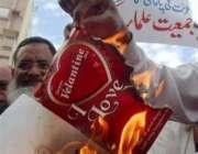 کراچی، جمعیت علمائے اسلام کے کارکن ویلنٹائن ڈے کے کارڈز جلا رہے ہیں۔