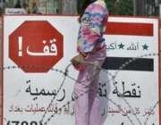 بغداد، ایک عراقی بچی چیک پوائنٹ پر فوجیوں کو گاڑیوں کی تلاشی لیتا دیکھ ..
