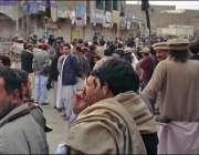 پاراچنار،متحارب گروپوں میں تصادم کے بعد مارکیٹ کے پاس لوگ جمع ہیں۔