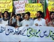 پارہ چنار میں جاری قبائلی جنگ رکوانے کیلئے نوجوان پریس کلب کے سامنے ..