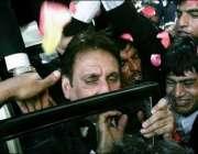 اسلام آباد،وکلاء جسٹس افتخار چوہدری کے سپریم کورٹ پہنچنے پر ان پر پھولوںکی ..