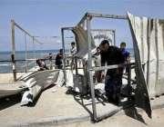 غزہ،حماس سکیورٹی فورس کا کارکن فلسطین کی تباہ شدہ سکیورٹی پوسٹ کا معائنہ ..
