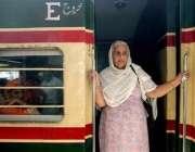 امرتسر،ایک سکھ خاتون یاتری پاکستان کیلئے آنیوالی خصوصی ٹرین میںسوار ..