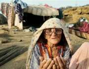 سلم ، ایک بوڑھی خاتون سیلاب سے اپنے تباہ شدہ گھر کے سامنے بیٹھی دُعامانگ ..