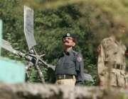 مجہوئی،پولیس اور فوجی اہلکار تباہ ہونیوالے ہیلی کاپٹر کے ملبے کے قریب ..