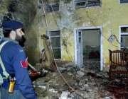 چارسدہ،ایک پولیس اہلکار خودکش حملہ  والی جگہ کا معائنہ کر رہا ہے۔