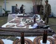 مینگورہ،سیکورٹی اہلکار طالبان سے جھڑپ کے بعد ان سے برآمد ہونیوالا ..