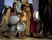 سکھر: سیلاب متاثرین فوڈ کیمپ میں کھانے کے لئے قطار بنائے کھڑے ہیں۔