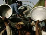 ٹھٹھہ،سیلاب متاثرین مقامی تنظیم کی جانب سے بانٹا جا رہا کھانا حاصل ..
