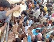 حیدرآباد،ٹھٹھہ کے سیلاب متاثرین کھانا حاصل کرنے کی کوشش کر رہے ہیں۔