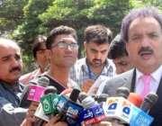 اسلام آباد، وزیر داخلہ رحمان ملک میڈیا سے گفتگو کر رہے ہیں۔