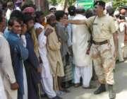 حیدرآباد،ریلیف کیمپ میں امداد حاصل کرنے کیلئے متاثرین قطار میں کھڑے ..