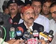 سکھر، وزیراعلی سندھ قائم علی شاہ سکھر ائیرپورٹ  پر میڈیا سے گفتگو کر ..