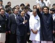 نئی دہلی، صدر آصف زرداری بھارت پہنچنے کے بعد ائیرپورٹ سے باہر جا رہے ..