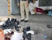لاہور، ایک پولیس اہلکار رسول پارک کے علاقہ میں نو پولیس اہلکاروں کے ..