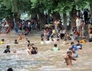 لاہور، عوام کی بڑی تعداد چھٹی کے دن گرمی کی شدت کم کرنے کیلئے نہر میں ..