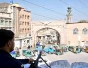 پشاور،محرم الحرام کے موقع پر کوہاٹی چوک میں پولیس اہلکار الرٹ کھڑے ..