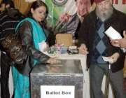 اسلام آباد، تحریک انصاف کے کارکن انٹرا پارٹی انتخابات کے دوران ووٹ ..