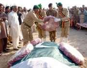 بہاولپور، بریگیڈئیر عارف کیانی شہید کیپٹن عمران اللہ کی قبر پر پھول ..