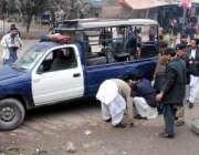 پشاور: پولیس اہلکار بم حملہ کا نشانہ بننے والی پولیس وین کا معائنہ کر ..