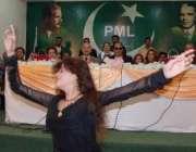 اسلامآباد، مسلم لیگ ق کے کلچرل ونگ کے اجلاس میں ایک خاتون رقص کر رہی ..