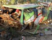 بہاولپور، امدادی اہلکار حادثہ کا شکار ہونیوالی مسافر بس کے ملبے کا ..