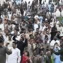 لاہور، خودکش حملے کے اگلے روز واہگہ بارڈر پر شہری پرچم اُتارنے کی تقریب ..
