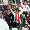 کراچی، تحریک انصاف کے چئیرمین عمران خان کارکنوں کے نعروں کا جواب ہاتھ ..