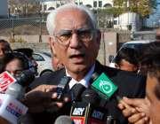اسلام آباد: پرویز مشرف کے وکیل احمد رضا قصوری خصوصی عدالت کے باہر میڈیا ..