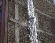 چمن، شدید سردی کے باعث ایک عمارت میں پانی کے ٹینکر سے لیک ہونے والے ..
