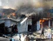 ایبٹ آباد: گمی اڈا کی مارکیٹ میں لگی ہوئی آگ کو لوگ بجھانے کی کوشش کر ..