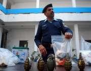 اسلام آباد: پولیس اہلکار دہشت گردوں سے برآمد ہونیوالا اسلحہ میڈیا کو ..