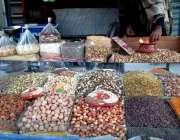 ژوب: ایک دوکاندار گاہکوں کو متوجہ کرنے کیلئے اپنی خشک میوہ کی ریڑھی ..