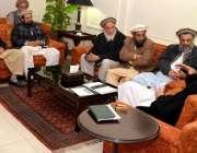 پشاور: وزیر اعلیٰ خیبر پختونخواہ پرویز خٹک کوہستان کے آنیوالے وفد سے ..