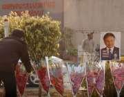 راولپنڈی، ایک شخص سابق صدر پرویز مشرف کی جلد صحتیابی کیلئے ہسپتال کے ..