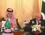 اسلام آباد: سعودی وزیر خارجہ سعو د الفیصل مشیر خارجہ سرتاج عزیز کے ہمراہ ..