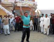 حافظ آباد: پنجاب سپورٹس فیسٹیول میں ایک نوجوان وزن اٹھانے کا مظاہرہ ..