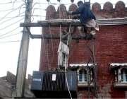 لاہور:لیسکو اہلکار بغیر حفاظتی آلات کے ہائی وولٹیج تاروں کی مرمت میں ..