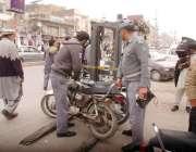روالپنڈی: ٹریفک وارڈن غیر قانونی پارک کئے جانے والی موٹر سائیکلوں کو ..